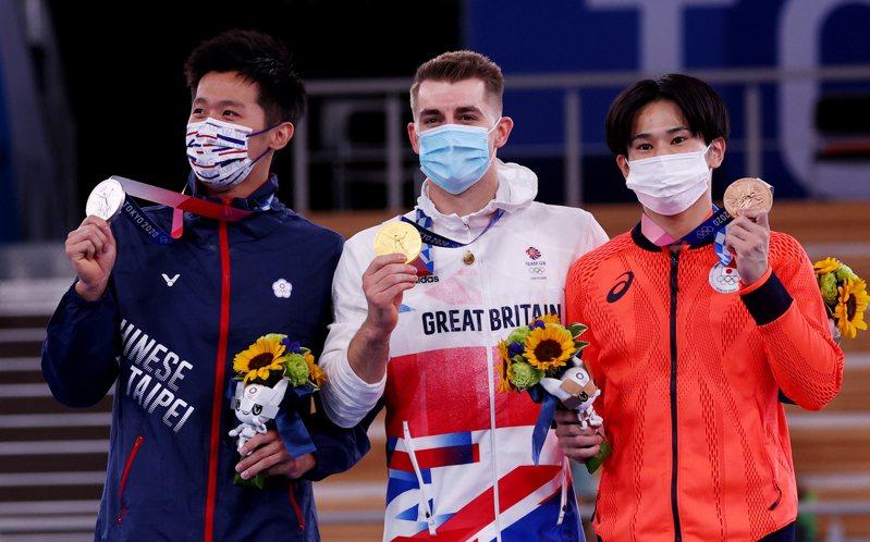 李智凱(左)獲得銀牌,萱和磨(右)銅牌。 路透