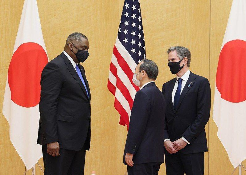 美國國務卿布林肯(右)下周將出訪東南亞,外界推測目的是拉攏各國與處理緬甸問題。圖為過去他與國防部長奧斯汀(左起)拜會日本首相菅義偉(Photo by 首相官邸 on Wikimedia)