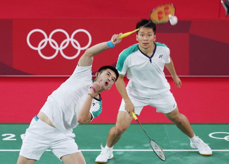 我國羽球黃金男雙王齊麟(左)與李洋(右)昨晚在東京奧運金牌戰以直落二擊敗大陸對手,為我國羽球隊奪得在奧運史上第一面金牌。特派記者余承翰/東京攝影