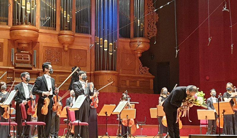 呂紹嘉接受獻花後轉身對台上的NSO夥伴與台下的觀眾深深一鞠躬。記者陳宛茜/攝影