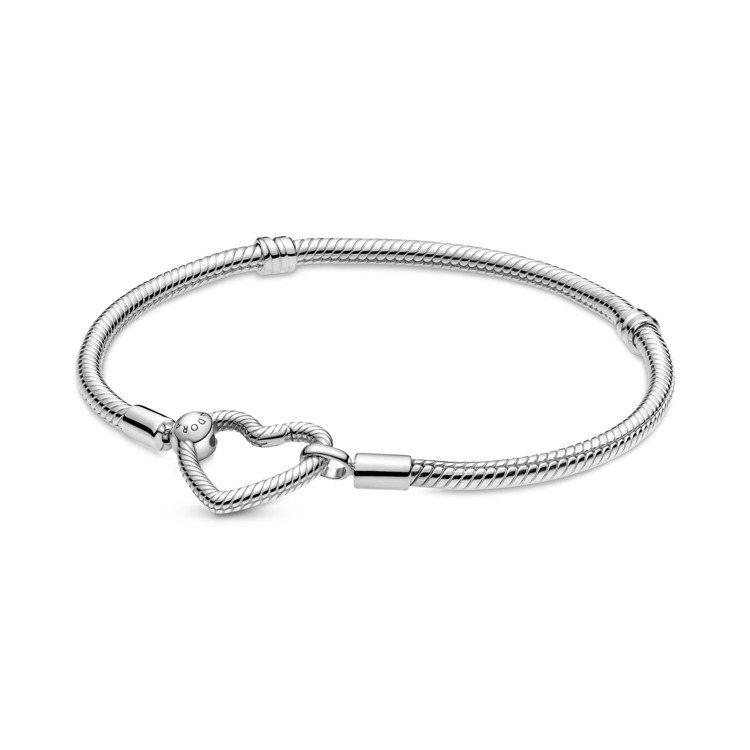 Pandora 925銀愛心釦環手鍊,3,280元。圖/Pandora提供