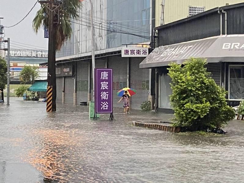 台中市南屯區今天清晨6時許的時雨量達55毫米,南屯區環中路,從公益路至五權西路一帶,傳出有嚴重積水狀況,警方已前往交管。圖/讀者提供