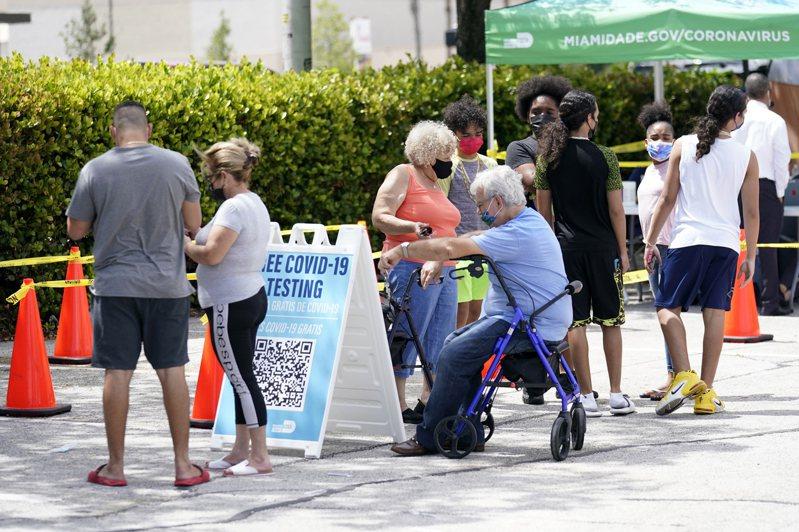 佛羅里達州7月30日的新冠肺炎新增確診案例達2萬1683例,創自去年疫情爆發以來的單日新增最高紀錄。圖為佛州民眾26日在檢測站排隊。