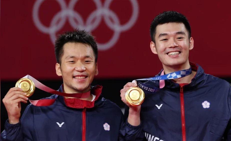 黃金男雙「麟洋配」王齊麟(右)與李洋(左)奪得我國在奧運史上第一面羽球金牌。東京...