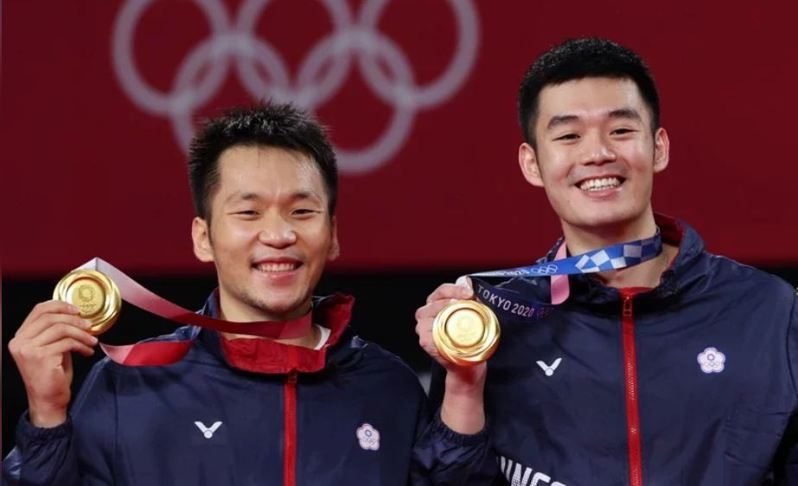 黃金男雙王齊麟(右)與李洋(左)奪得我國在奧運史上第一面羽球金牌。東京特派記者余承翰/攝影