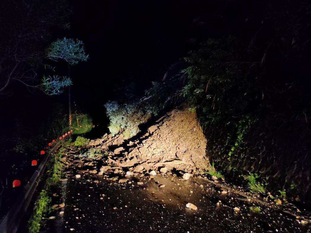 高雄山區下了一夜的雨,多處路段發生土石崩落。記者曹亞沿/翻攝