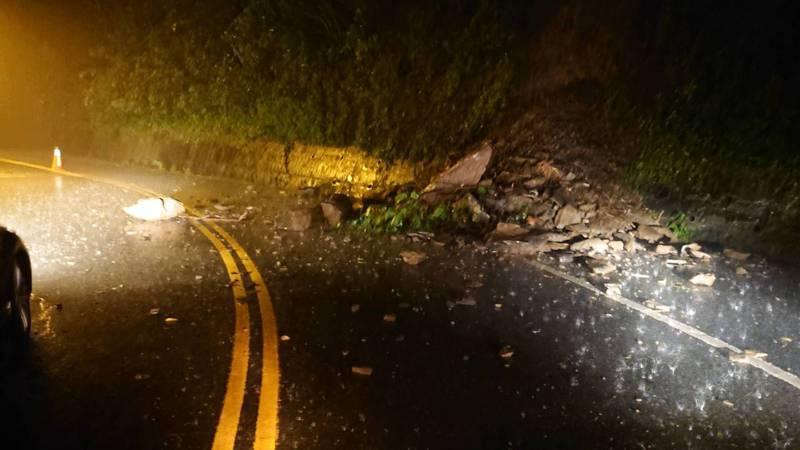 高雄山區下了一夜的雨,多處路段發生土石崩落。聯合報系記者曹亞沿/翻攝