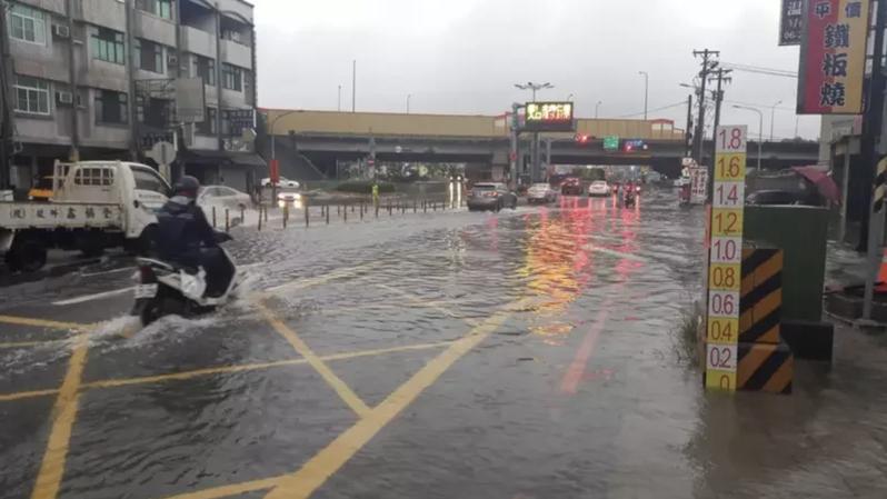 中山高台南仁德北上交流道因大雨積水封閉,仁德區中山路也積水。記者黃宣翰/攝影
