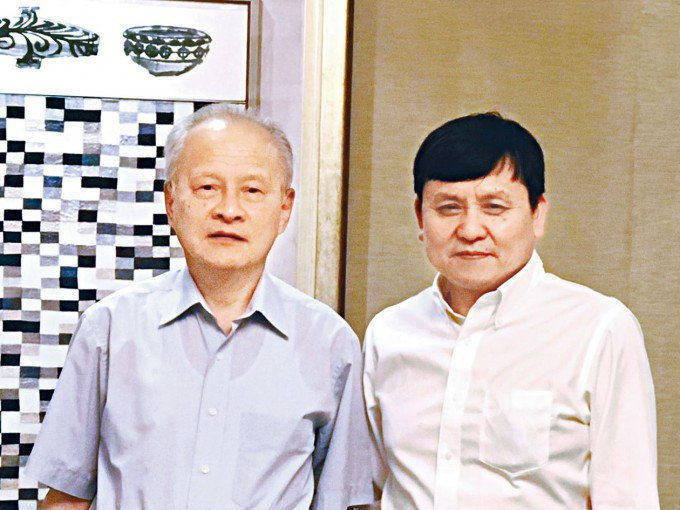 大陸前駐美大使崔天凱(左)返回大陸,與醫師張文宏在上海會面。香港星島日報