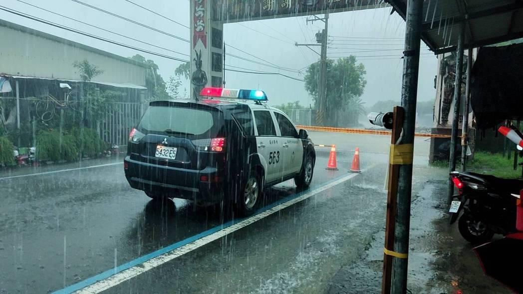 屏東縣獅子鄉南世村聯外道路積水情況,現場拉起封鎖線。圖/警方提供