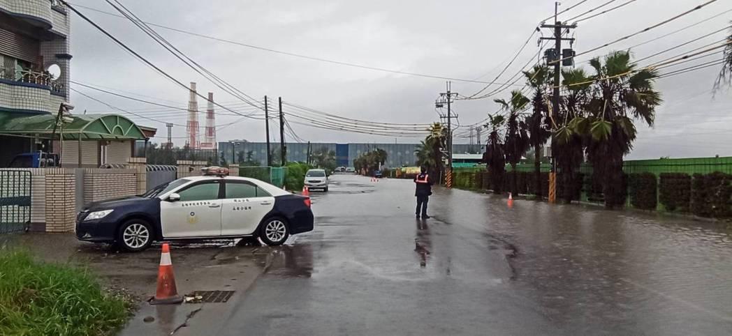高雄永安區興達路12號皆傳道路積水,警方到場戒備。圖/民眾提供