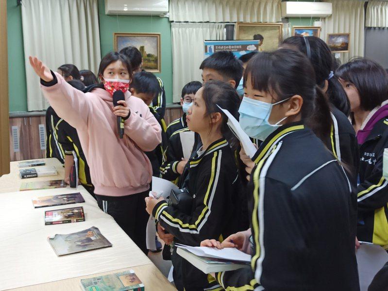 北大高中在校內展出40件名畫家筆下大作,且主題與家鄉三峽結合,讓學生認識在地文化同時,提升美學素養。圖/新北教育局提供