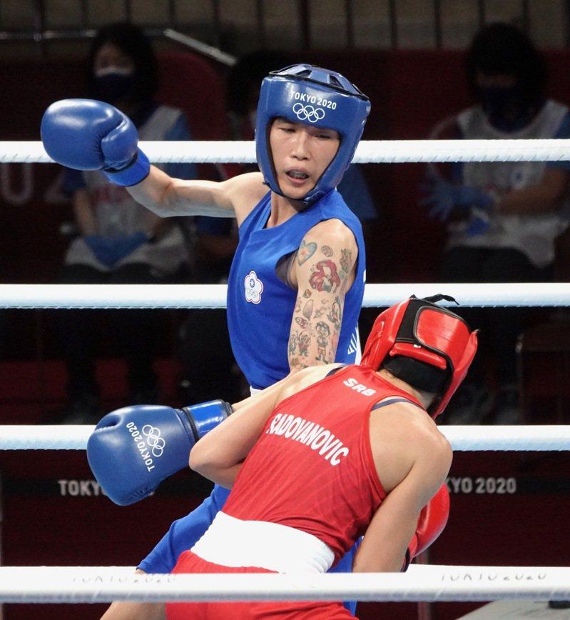 東京奧運拳擊女子51公斤級8強戰,中華隊好手黃筱雯對上塞爾維亞選手拉多瓦諾維奇(Nina Radovanovic)。特派記者蘇志畬/東京攝影