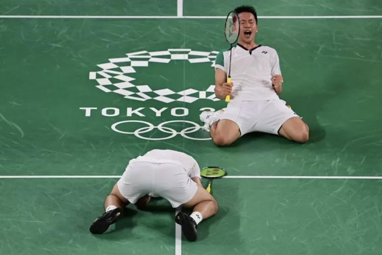 台灣羽球雙人組合李洋與王齊麟昨晚在東京奧運勇奪金牌。(法新社)