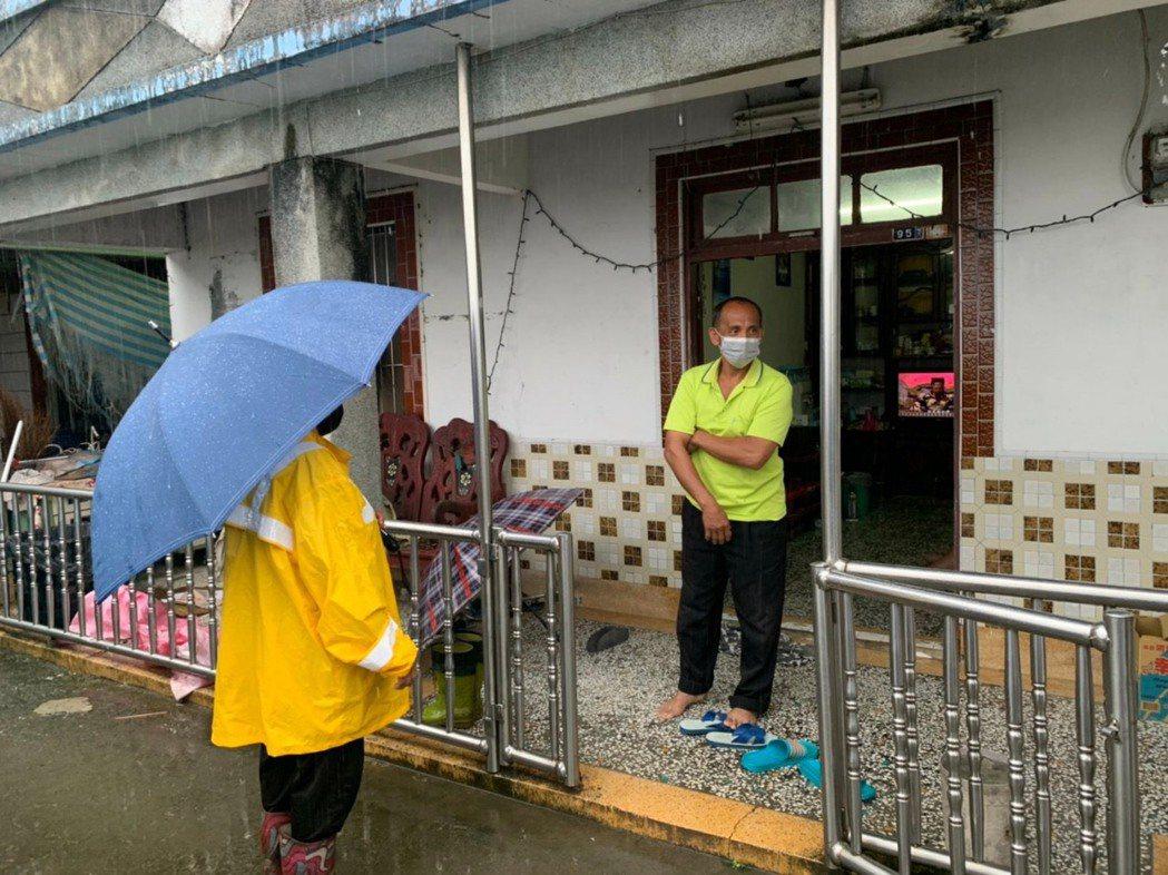 高雄桃源區,今天清晨公所人員會同警消一同撤離379人。圖/市府原民會提供
