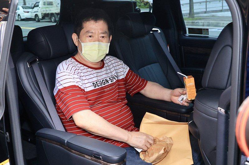 行事作風向來神秘低調的美鷹會精神領袖王鑫,7月29日首度被刑事局拘捕到案,刑事局出動除爆特勤隊移送,也證明王鑫在江湖中的霸王級地位。記者林伯東/攝影