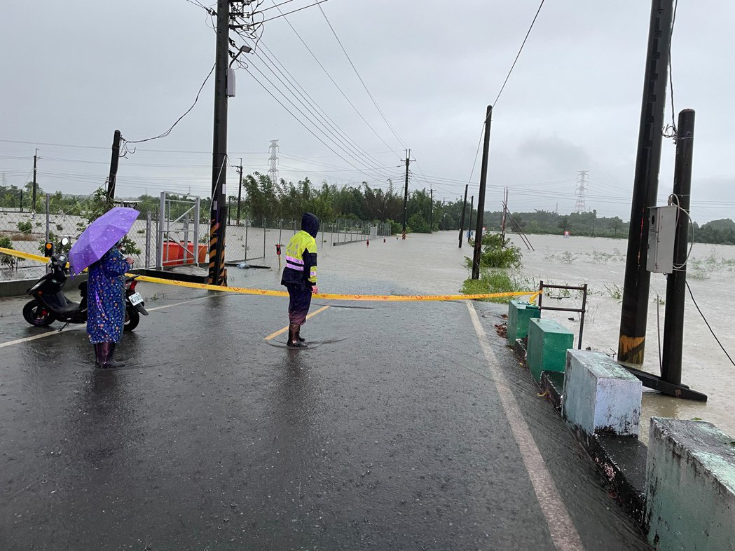 高雄阿蓮區石安橋因豪雨積水無法通行。圖/民眾提供