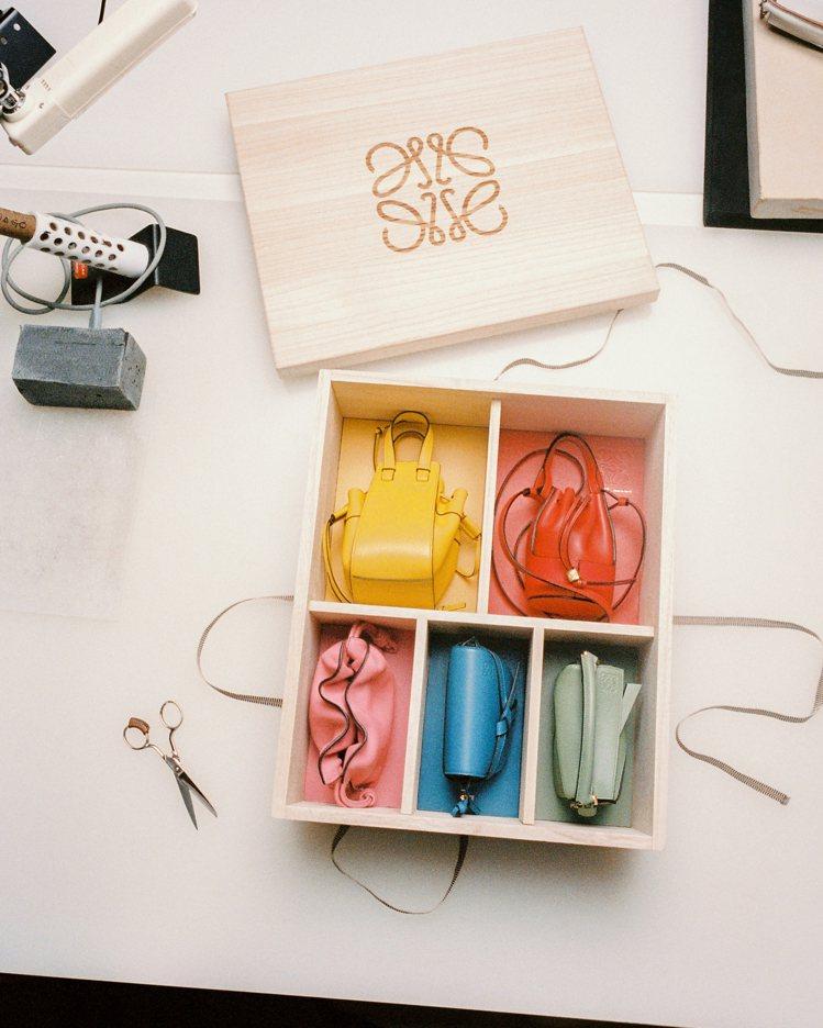 LOEWE在七夕前夕打造了一款珍藏版禮盒,裡頭裝了5款經典包的迷你尺寸。圖/LO...