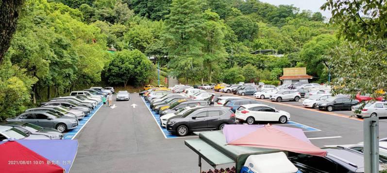 三峽白雞停車場成為自微解封以來,新北首個達到第3階段進行人車管制的地方。圖/三峽區公所提供