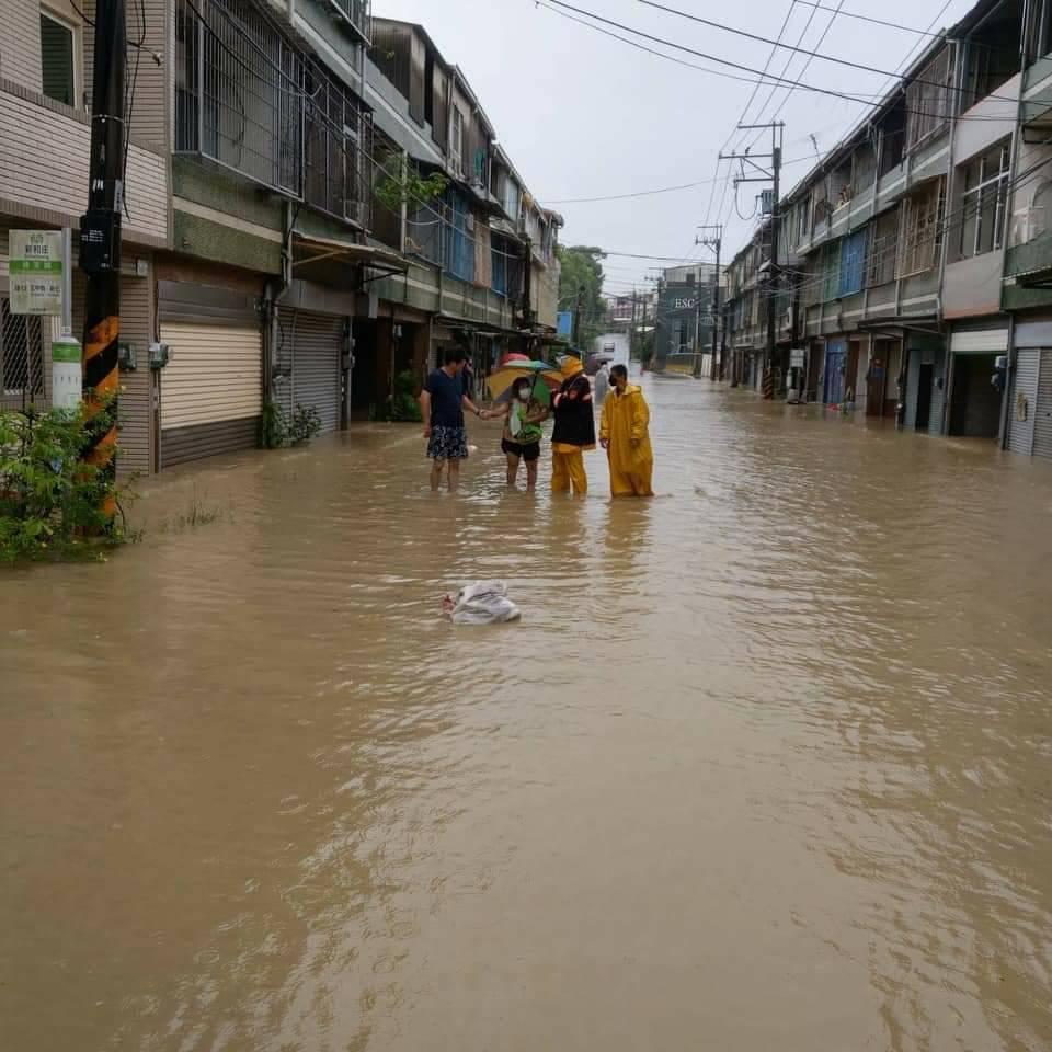 台南新化知義里新和庄部落地勢低窪積水,公所、警消人員涉水勸離住戶。圖 /警方提供