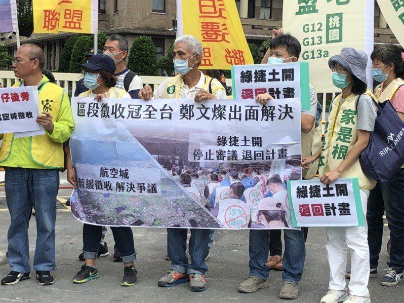 桃園航空城徵收區內的居民,去年赴行政院抗議航空城區段徵收。圖/聯合報系資料照片