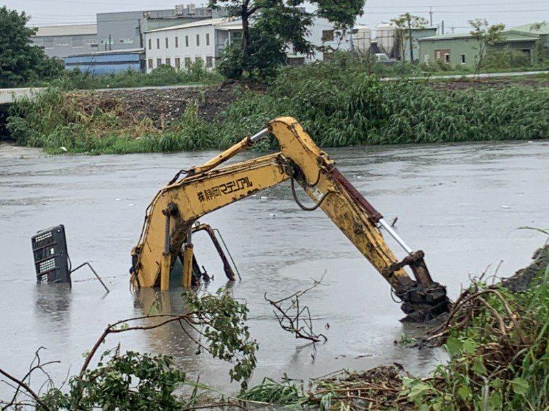 彰化縣從昨晚到今天斷斷續續降下豪雨,溪湖鎮東螺溪已暴漲,溪畔有怪手被淹沒在水中讓人看了觸目驚心。圖/民眾提供