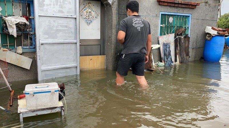 高雄市永安區新興路一帶今天中午積水未退,最深處約50公分,達成人膝蓋高度。記者陳弘逸/攝影