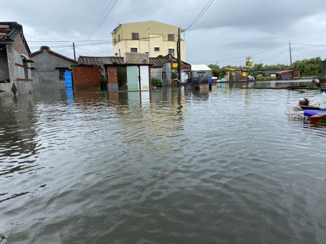 高雄市永安區新興路一帶今天中午積水未退,水深約40公分,約到成人小腿肚。記者陳弘...