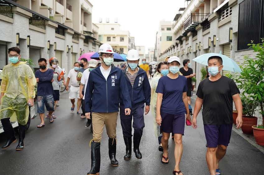 高雄市長陳其邁今天上午視察茄定區金鑾路,聽居民反映排水情況。圖/高雄市政府提供