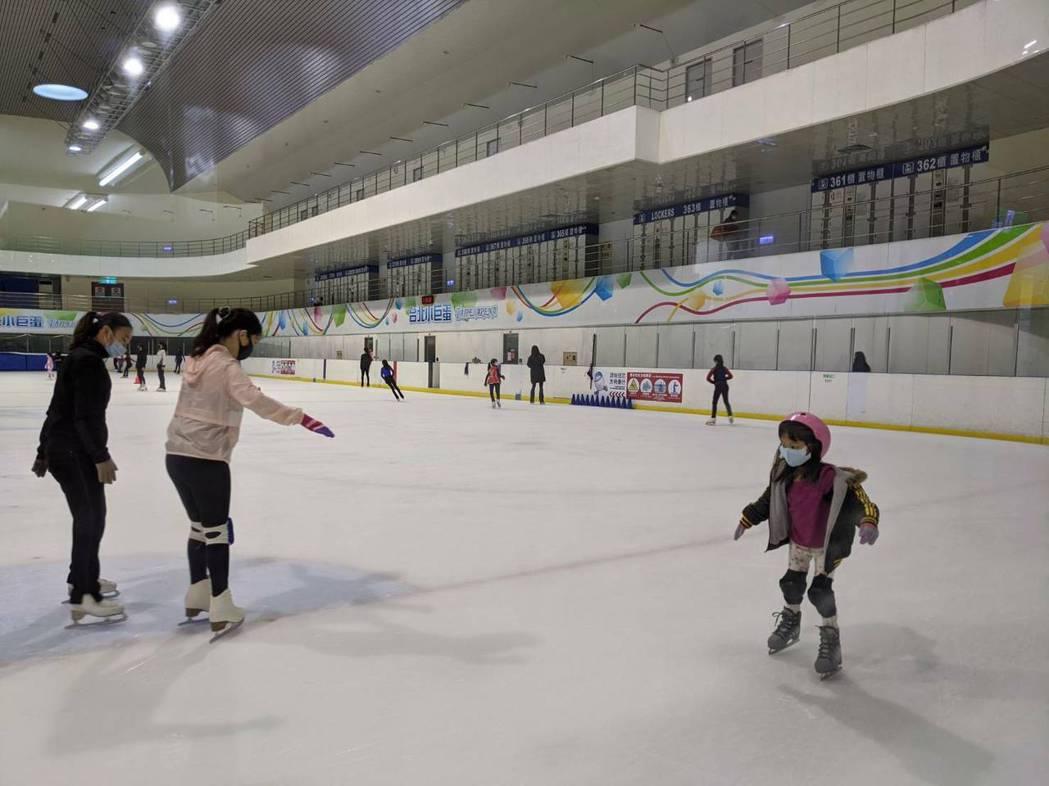 小巨蛋冰上樂園今採會員預約制有限制開放。圖/北捷提供