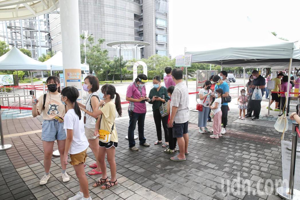 降至二級後,兒童新樂園今首度開放,不少民眾一早就在門口等待入園。記者邱德祥/攝影