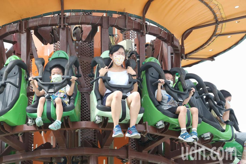 兒童新樂園今首度開放,開放15項設施供民眾遊玩,但也有人抱怨等待時間太久、長者有...