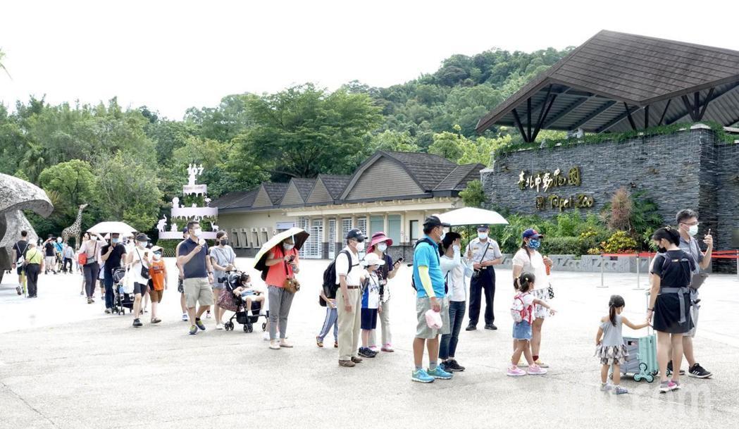 台北市立動物園一早就有預約民眾排隊準備入園。記者黃義書/攝影
