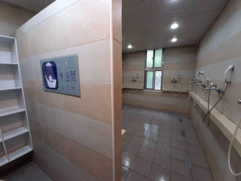 警專學員投訴學校返校政策仍有染疫風險;圖為警專浴室。圖/警專學員提供
