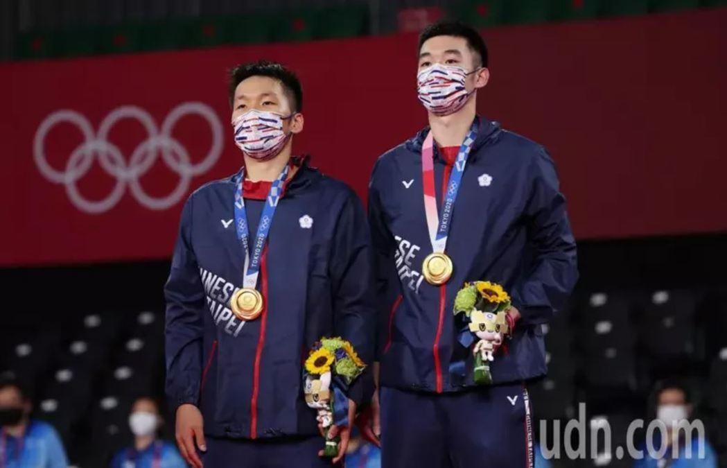我國羽球男子雙打選手李洋(左)和王齊麟,昨晚贏得奧運金牌。圖/聯合報系資料照片