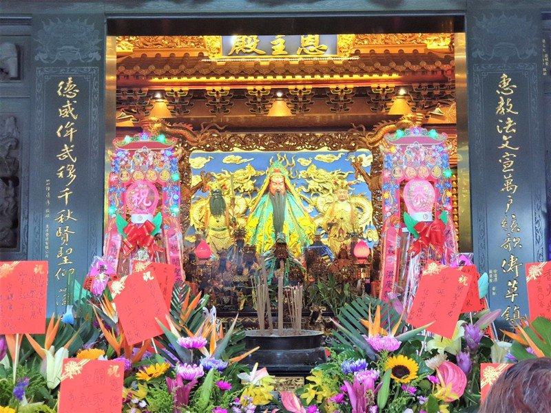 明天農曆6月24日是關聖帝君誕辰,近期已有不少信眾提前前往祭拜祝壽。記者賴香珊/攝影