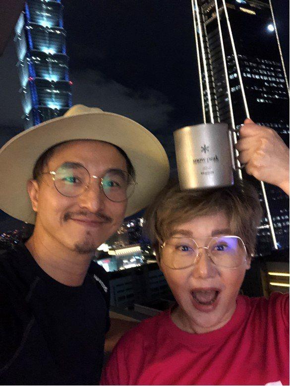 王少偉(左)和藍心湄相約喝咖啡。圖/建印娛樂提供