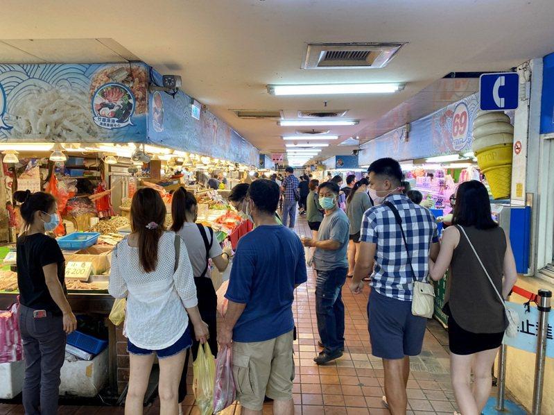 降二級第一個假日,桃園市竹圍漁港魚貨市場爆採買魚貨人潮。記者曾增勳/攝影