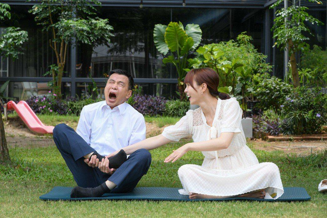 李天柱在劇中做瑜伽吃力模樣,逗笑魏蔓。圖/三立提供
