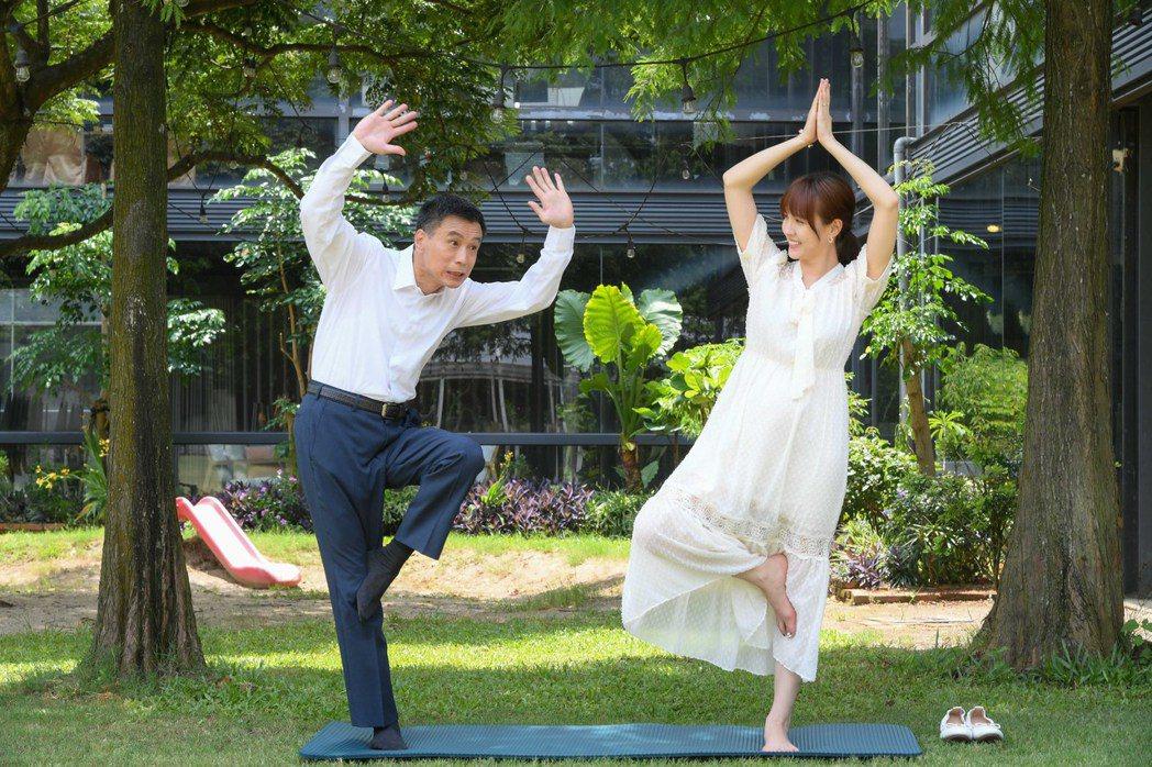 魏蔓在劇中帶著飾演爸爸的李天柱做瑜伽。圖/三立提供