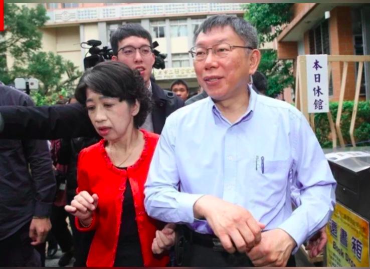 台北市長柯文哲(前右)妻子陳佩琪(前左)日前自爆,因打殘劑跟柯文哲冷戰好幾天,陳佩琪今天再寫臉書,再爆她為何因殘劑不跟柯文哲說話。圖/本報資料照片