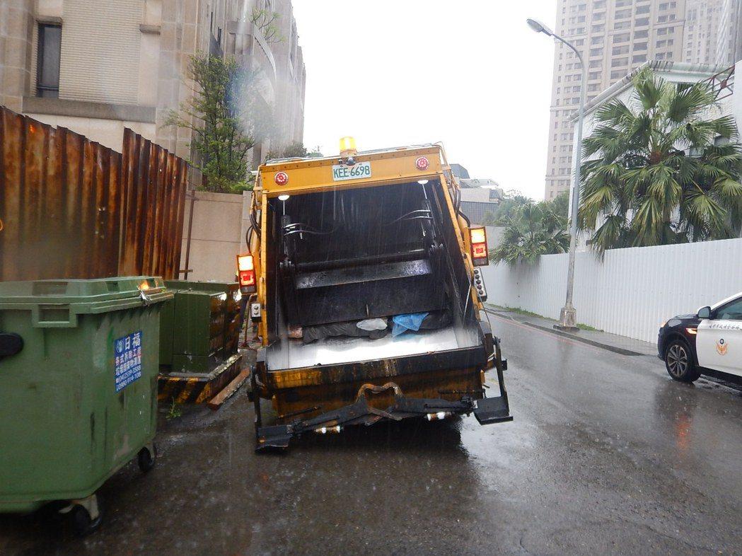 台中惠文路、政和路口道路塌陷,環保清潔車陷入坑洞中。圖/台中市警局提供