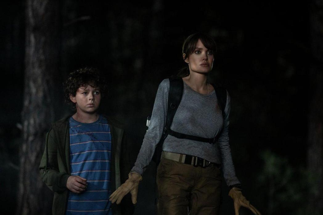 安琪莉娜裘莉在電影「那些要我死的人」展女性強大功夫。圖/CATCHPLAY提供