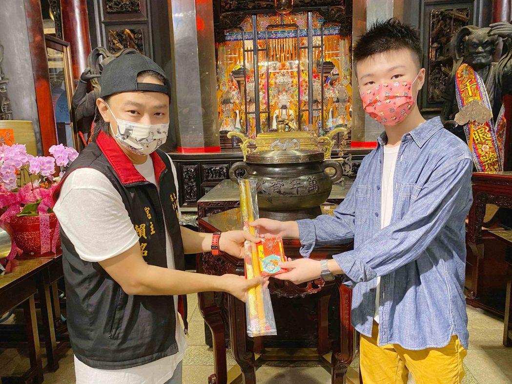 賴銘偉(左)邀請15歲的天才小導演王則倫合作。圖/星光娛樂提供