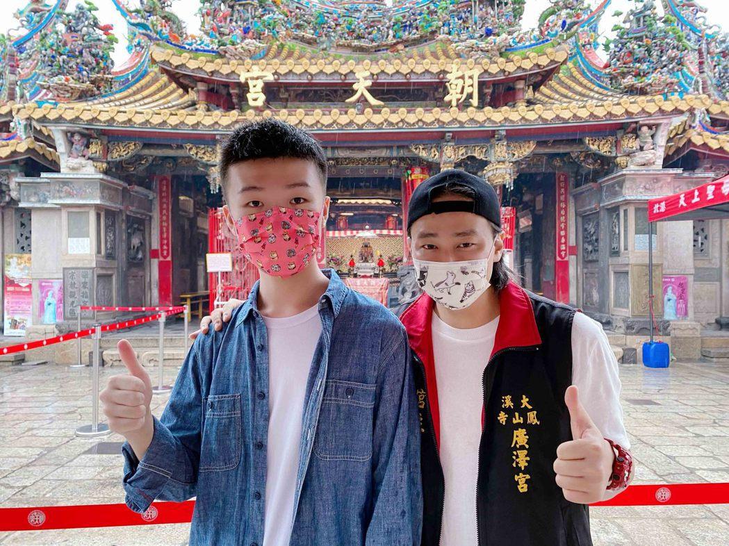 賴銘偉(右)邀請15歲的天才小導演王則倫合作。圖/星光娛樂提供