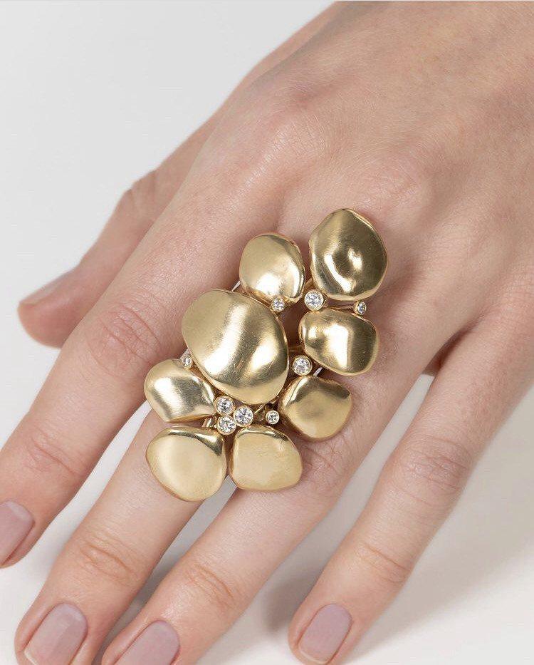 設計師珠寶品牌VRAM的作品,以有機線條詮釋建築美學,帶有異國風情。圖/取自IG...