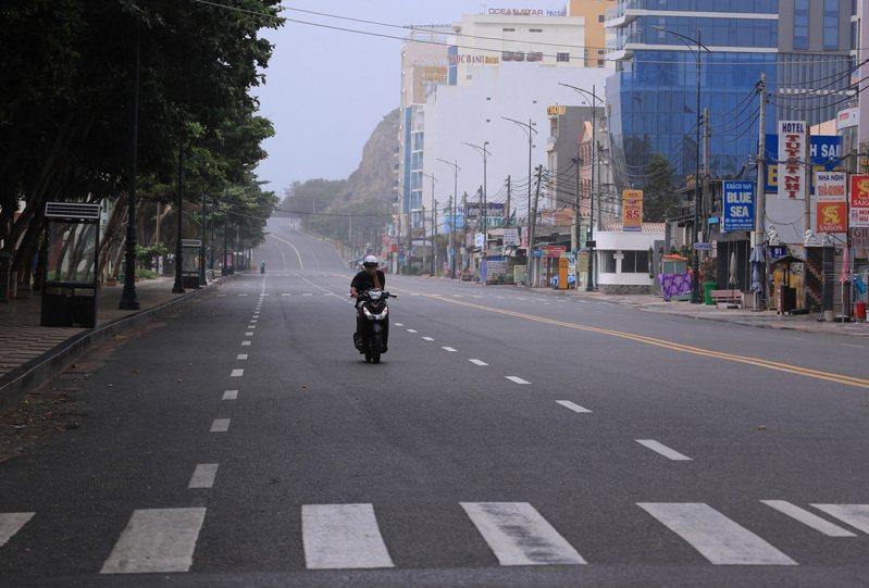 在越南胡志明市與其他18個城市與省分所實施的居家避疫令,2日起將延長兩周。美聯社