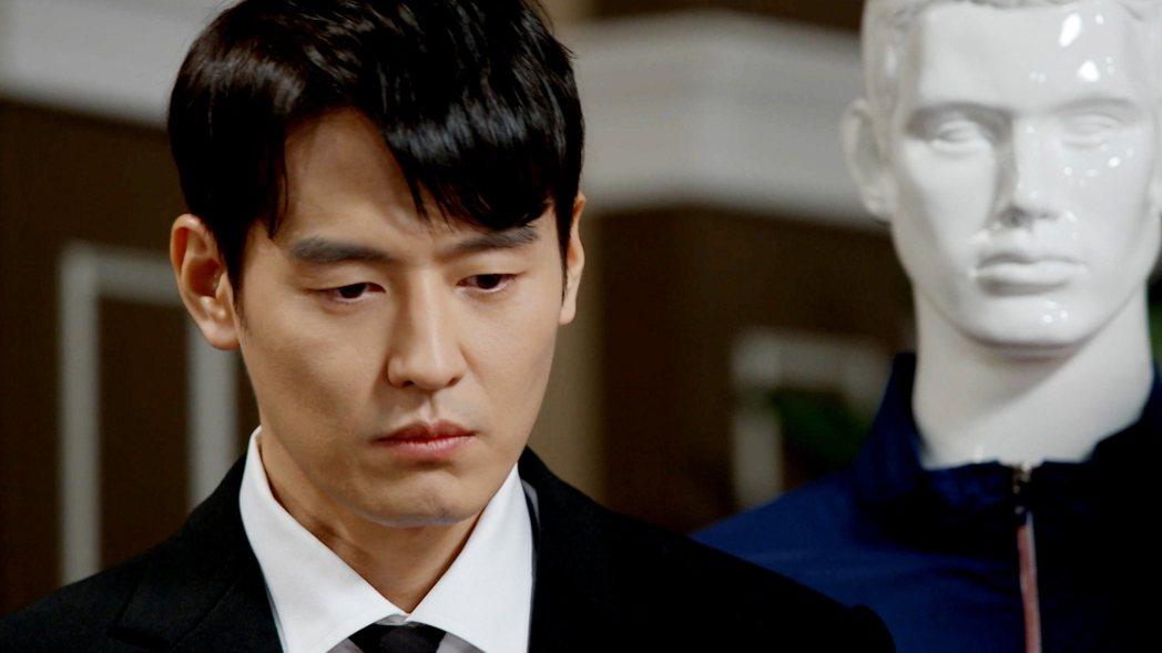 尹鍾和在「相信愛情」劇中拚盡全力卻得不到父親的認同。圖/東森提供