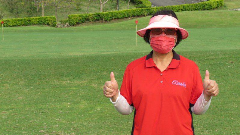 台灣高球選手潘政琮今天在東京奧運高球勇奪銅牌,潘媽媽康月美今天照常在苗栗縣苑裡鎮全國高爾夫球場工作,開心稱讚兒子。記者范榮達/攝影