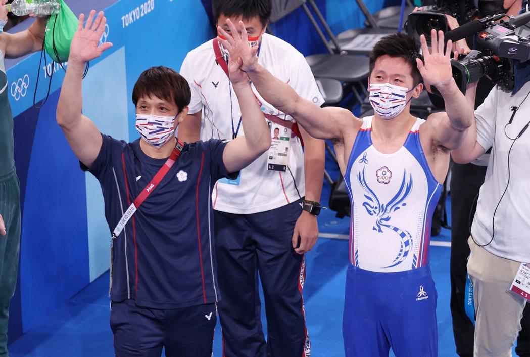 李智凱(右)在東京奧運鞍馬決拿下台灣體操史上第一面獎牌,與教練林育信(左)一同舉...